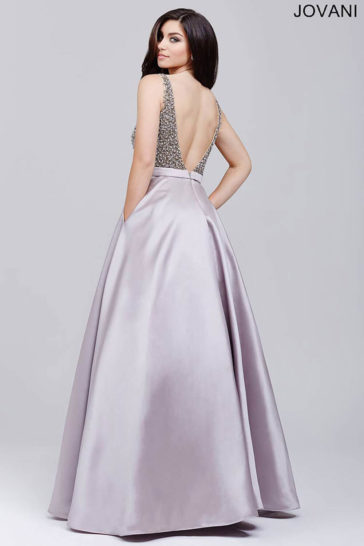 Серебристое вечернее платье «принцесса» с отделкой из крупных стразов по лифу.