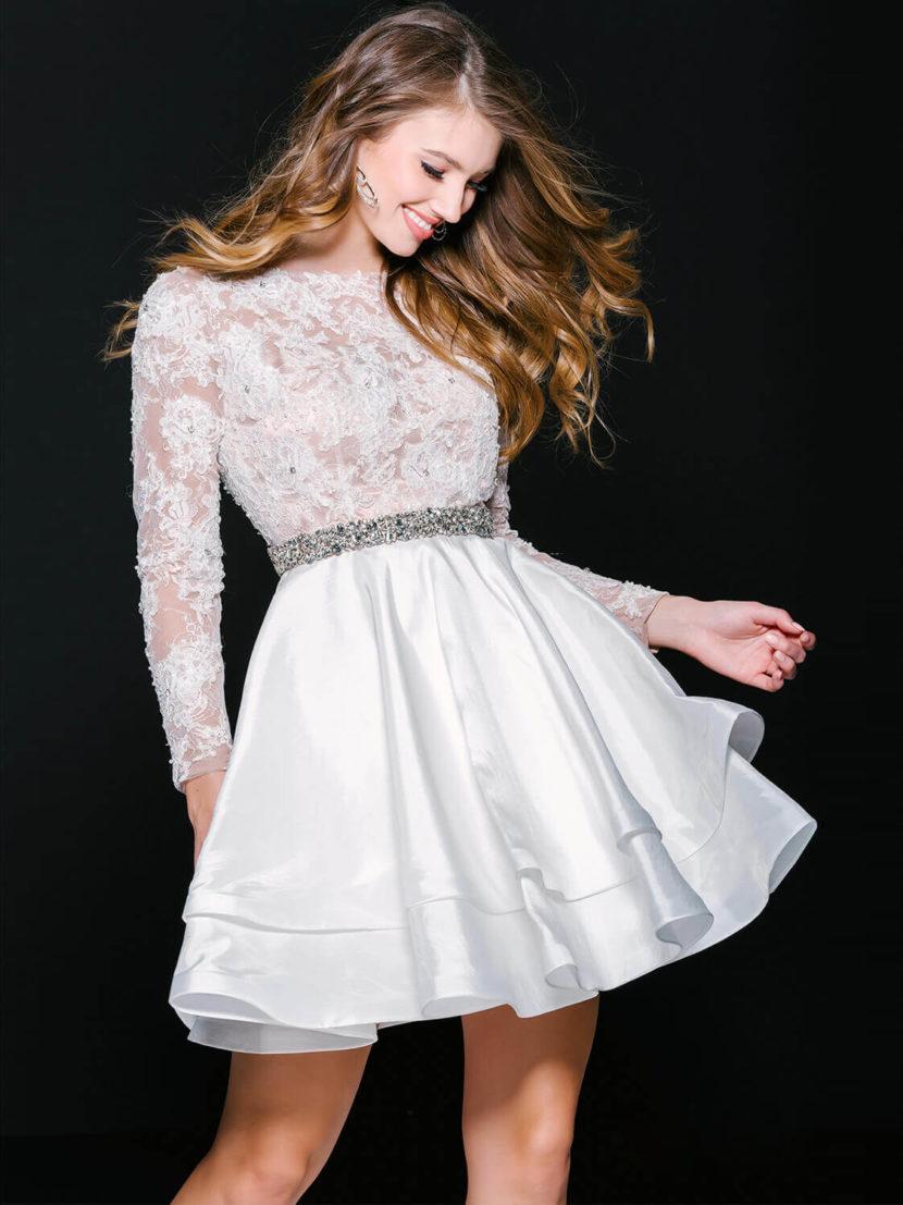 Белое вечернее платье с длинным кружевным рукавом и юбкой до середины бедра.