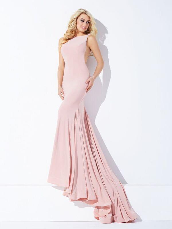 Розовое вечернее платье с закрытым верхом и тонкими вставками по бокам.