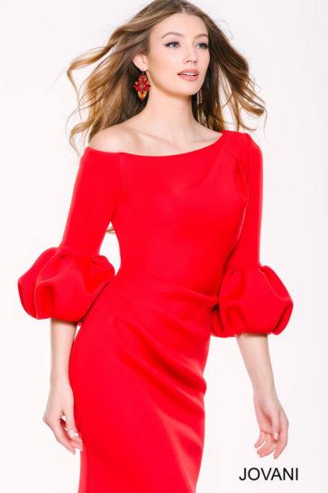 Алое вечернее платье с рукавом, украшенным фонариками, и юбкой «русалка».