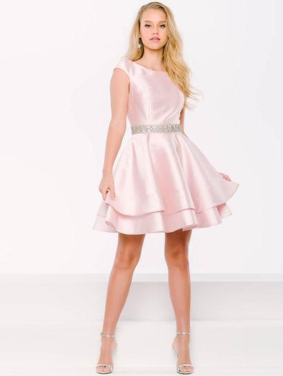 Удивительно нежное вечернее платье выполнено из оригинальной глянцевой ткани розового цвета.  Округлый вырез «лодочкой» дополняют широкие бретели. На спинке платья – изящный вырез «замочная скважина».  Талию подчеркивает широкий бисерный пояс, от него спускается юбка А-силуэта до колена.  Юбка выполнена из двух слоев ткани разной длины.