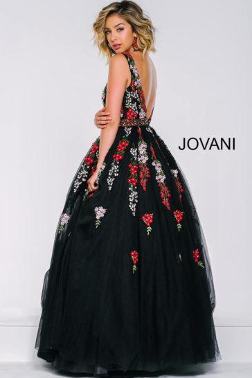 Черное выпускное платье с цветочной вышивкой и глубоким вырезом декольте.