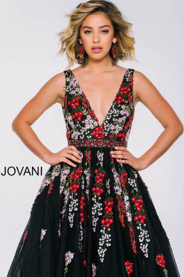 Черное выпускное платье А-силуэта с цветочной вышивкой и глубоким вырезом декольте.