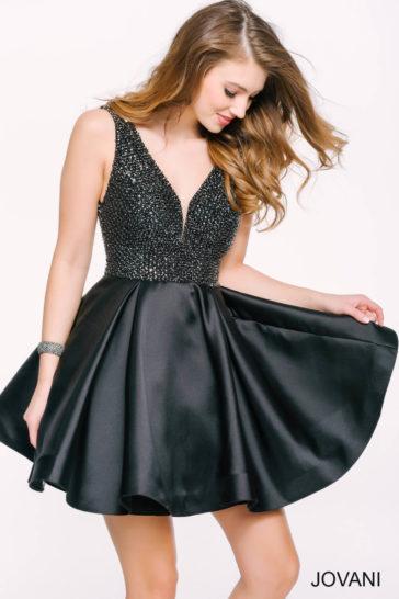Черное вечернее платье длиной до середины бедра с лифом, полностью покрытым бисером.