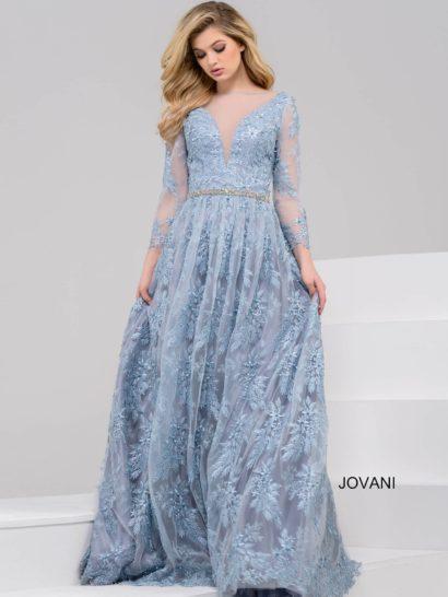 Голубое вечернее платье, идеальное для создания романтичного образа. Силуэт «принцесса» наполнен торжественностью и сдержанностью. То же настроение создают и длинные полупрозрачные рукава с аппликациями. Глубокий V-образный вырез оформлен тонкой голубой тканью, а спинка обнажает кожу. Заключительной деталью служит узкий серебристый пояс из бисера.