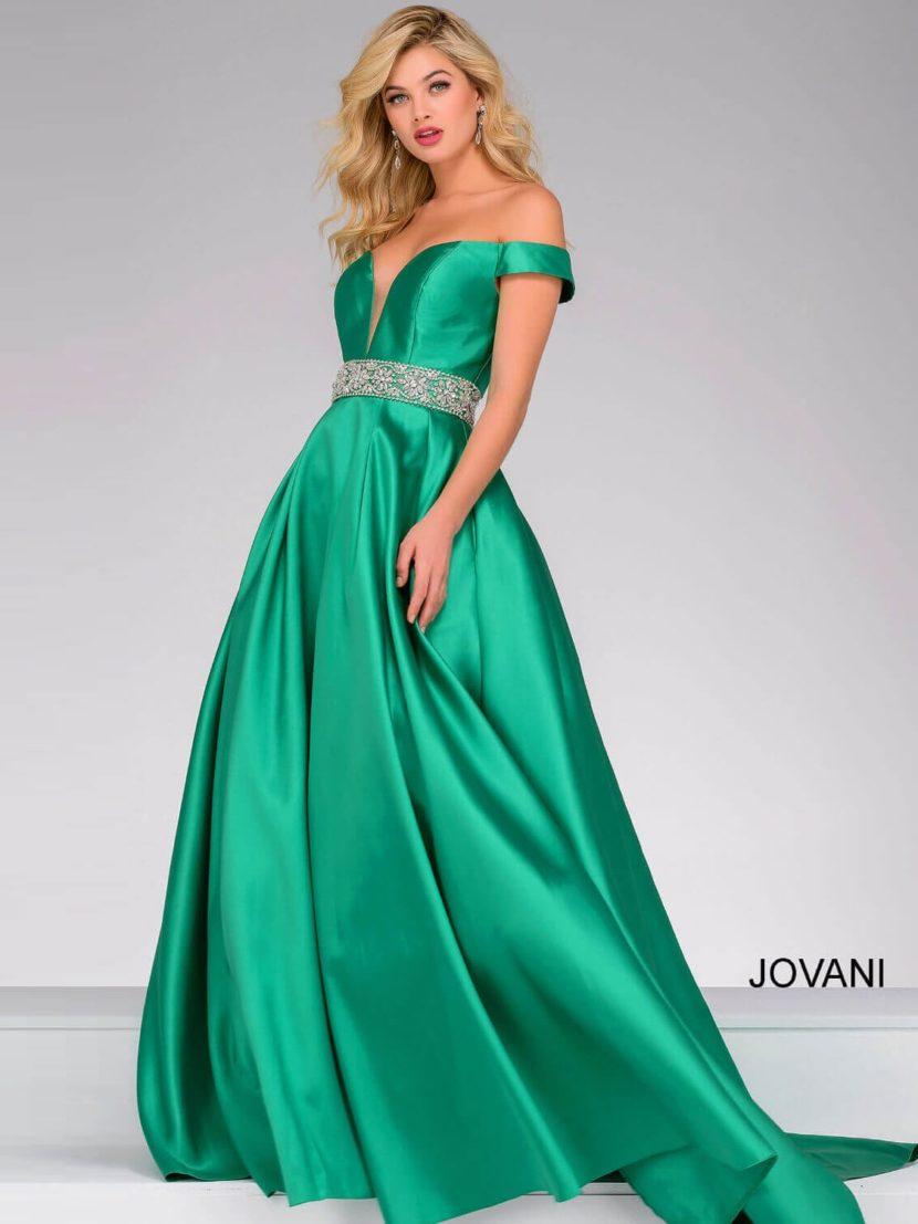 Зеленое вечернее платье с лифом в форме сердечка и юбкой А-силуэта со шлейфом.