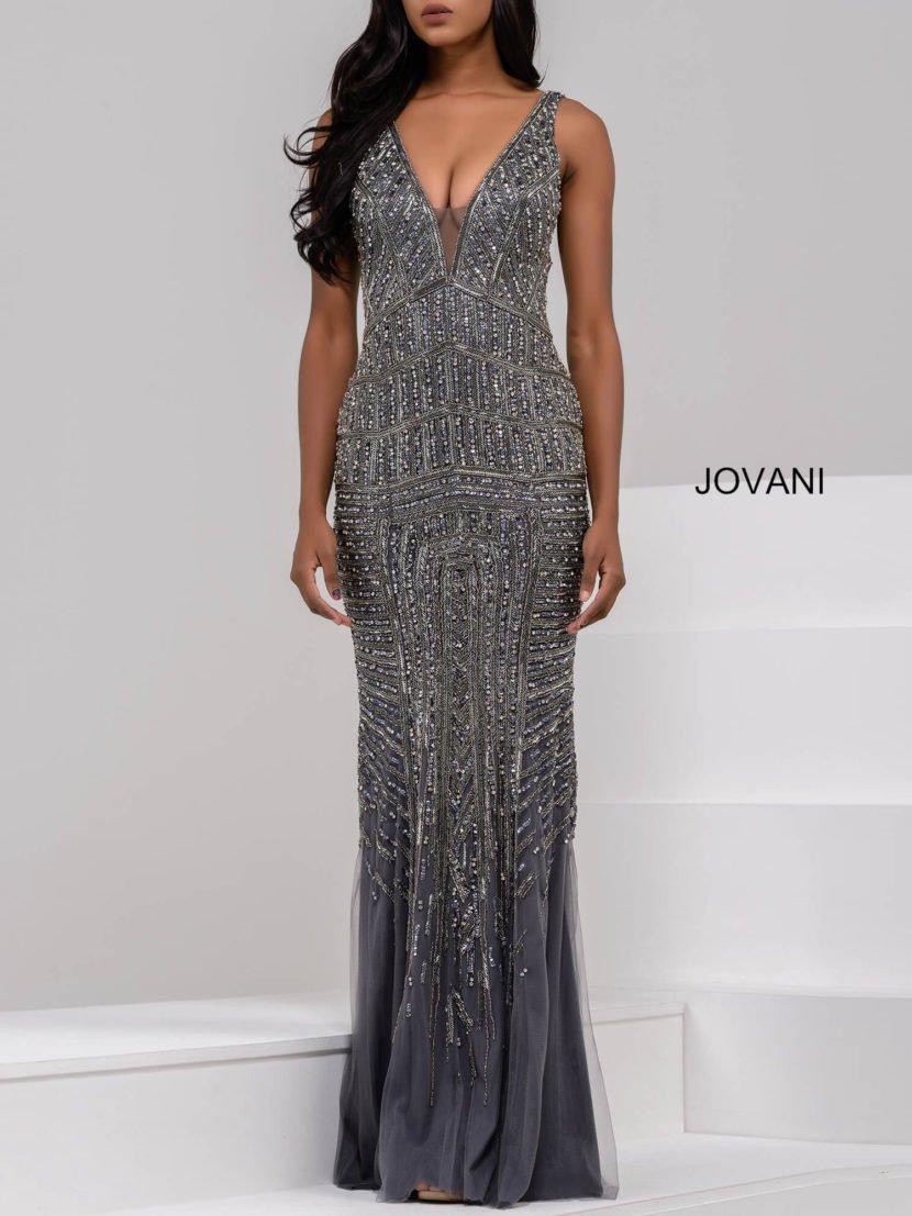 Серебристое вечернее платье облегающего кроя с глубоким V-образным декольте.