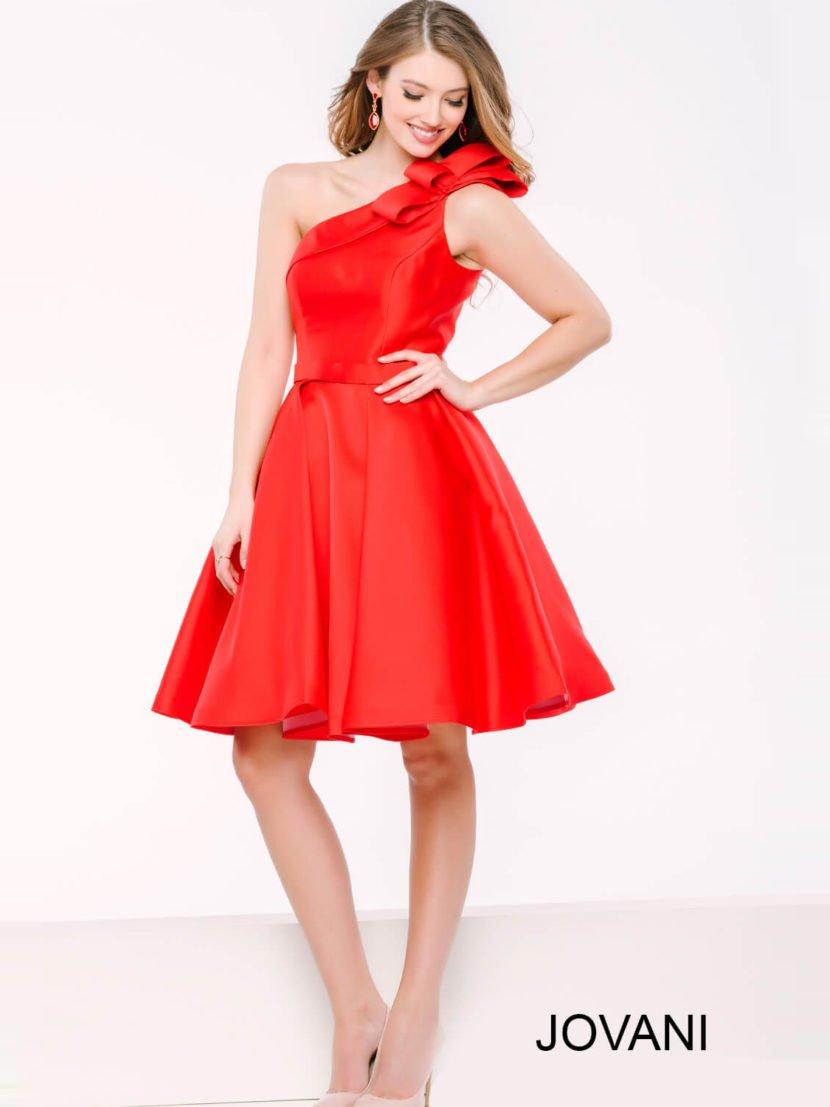 Алое вечернее платье с асимметричным верхом, украшенным бантом, и пышной юбкой.