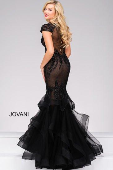 Черное вечернее платье силуэта «рыбка» с фактурной отделкой и оригинальной спинкой.