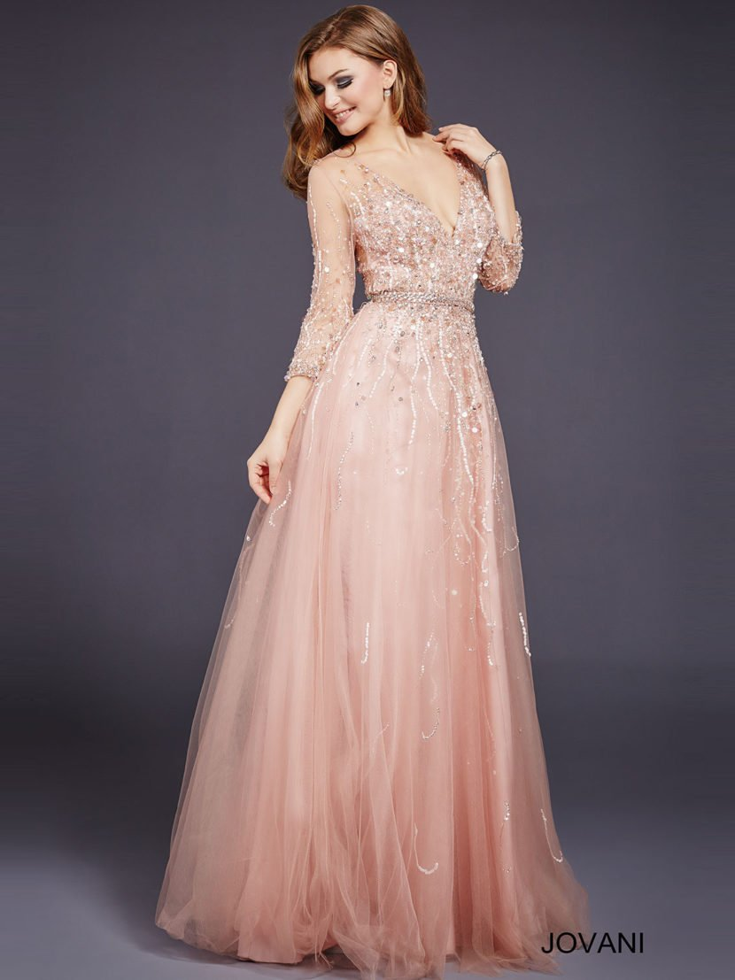 Розовое вечернее платье с рукавом три четверти, глубоким вырезом и юбкой А-силуэта.