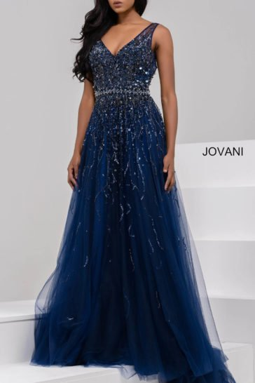 Темно-синее вечернее платье со сверкающей отделкой и эффектными вырезами спереди и на спинке.