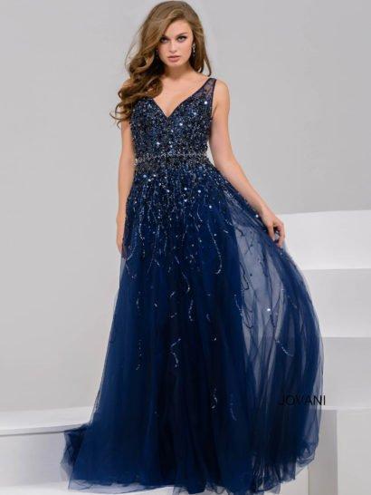 Чарующее вечернее платье прямого кроя с многослойной шифоновой юбкой притягивает внимание глубоким V-образным вырезом, красиво акцентирующим декольте. На спинке располагается такой же соблазнительный вырез. Темно-синий оттенок ткани благородно дополняет сияющая отделка из пайеток и бисера, покрывающая плотным слоем верхнюю часть платья.