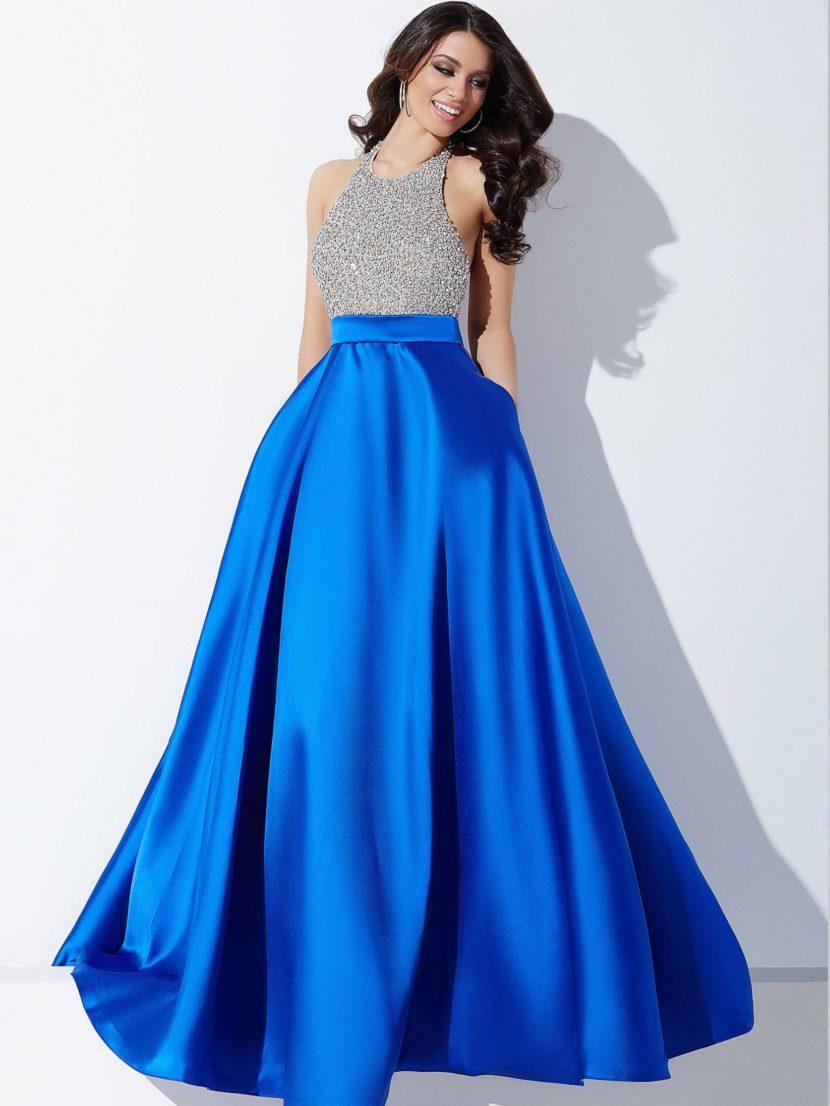 Вечернее платье с синей юбкой А-кроя и глубоким декольте на спинке.