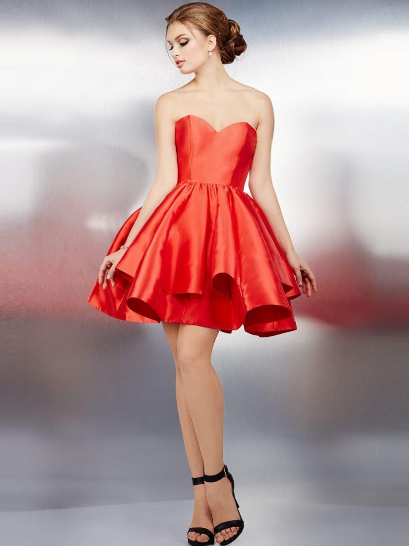 Алое вечернее платье с вырезом в форме сердечка и юбкой длиной до середины бедра.
