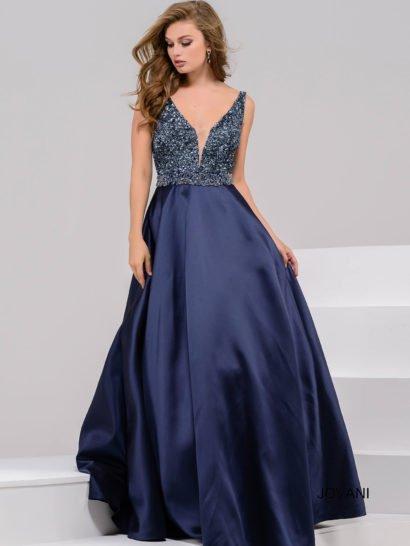 Темно-синее вечернее платье идеально подойдет даже для самых торжественных поводов в вашей жизни. Акцент в силуэте делает облегающий лиф с тонкими бретелями и глубоким V-образным вырезом, оформленным тонкой вставкой. Весь лиф декорирован сверкающими пайетками в тон ткани. На спинке – еще более головокружительный V-образный вырез.