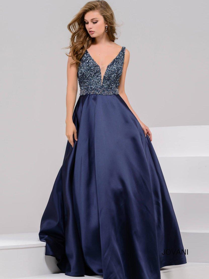 Изысканное вечернее платье темно-синего цвета с верхом, украшенным пайетками.