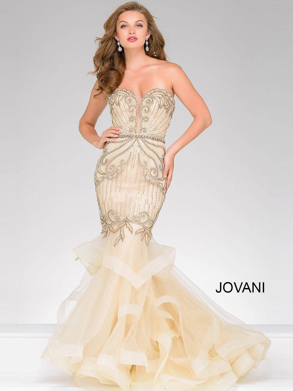 9b63d37aa39317a Золотистое вечернее платье облегающего кроя, покрытое бисерной вышивкой.