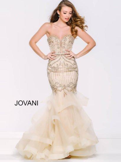 Золотистое вечернее платье облегающего кроя, покрытое бисерной вышивкой.