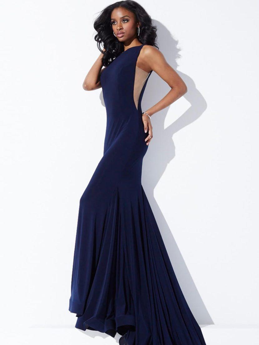 Темно-синее вечернее платье кроя «рыбка» с вырезами по бокам и декольте сзади.