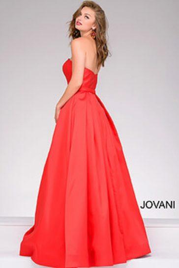Эффектное красное вечернее платье с пышной юбкой и открытым лифом прямого кроя.