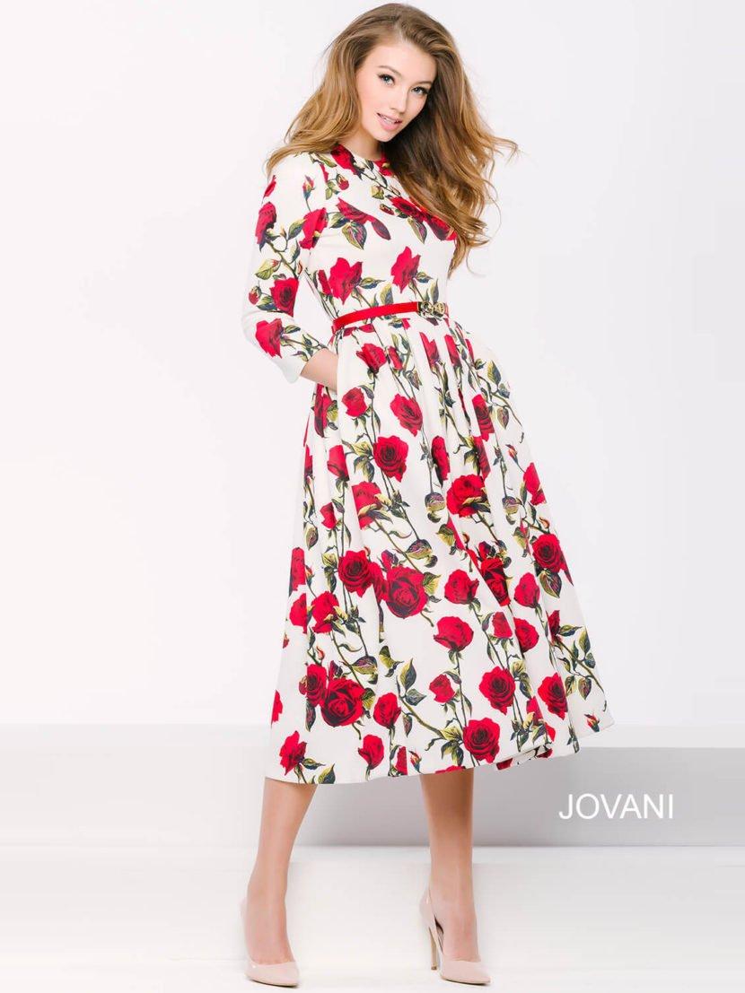 Закрытое вечернее платье длиной до колена из белой ткани с крупным цветочным узором.