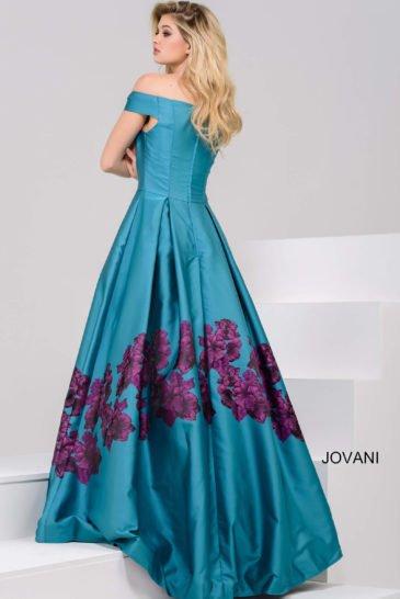 Вечернее платье с притягательным портретным декольте и крупным цветочным рисунком на юбке.