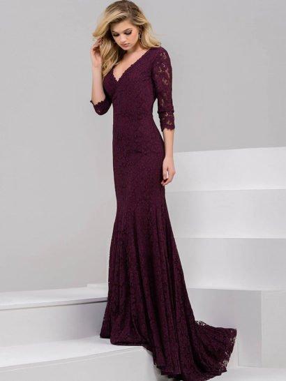 Темно-вишневое вечернее платье элегантного прямого кроя с небольшим шлейфом сзади.  Область декольте позволяет выделить женственный V-образный вырез.  Невероятно романтично смотрятся кружевные рукава длиной в три четверти.  Закрытая спинка придает образу изысканную сдержанность.