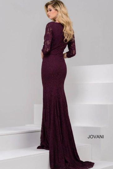 Вечернее платье фиолетового цвета, по всей длине покрытое плотной кружевной тканью.