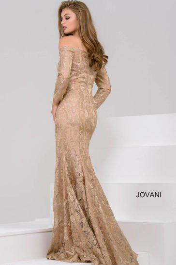 Золотистое вечернее платье с длинным рукавом и портретным декольте.