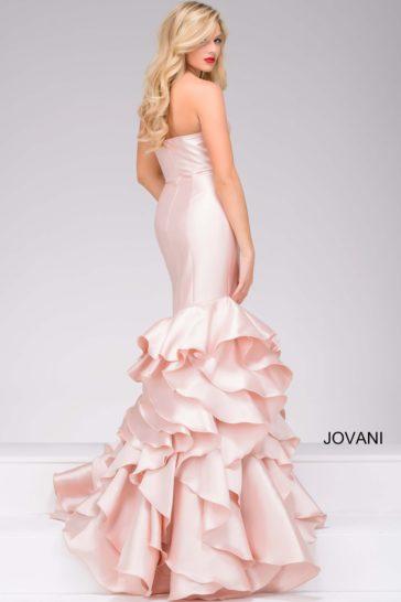 Розовое вечернее платье с открытым лифом и юбкой силуэта «рыбка» с оборками.