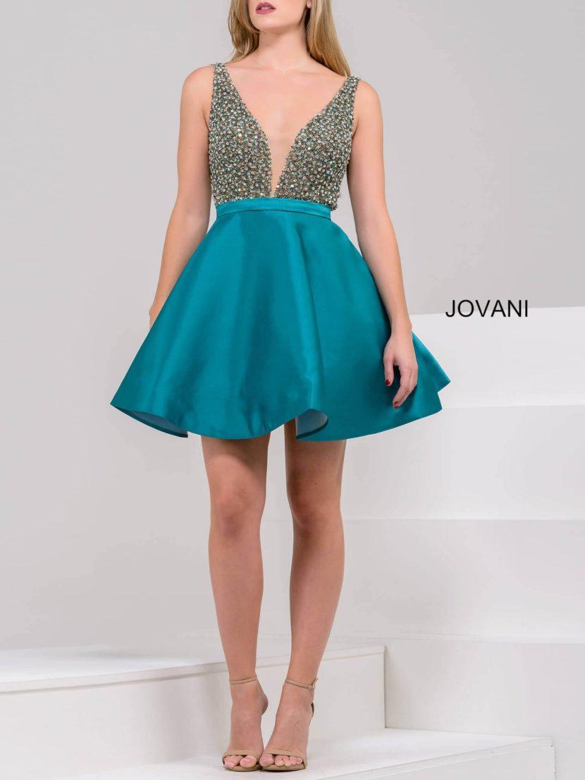 Короткое вечернее платье со сверкающим лифом и атласной юбкой до середины бедра.