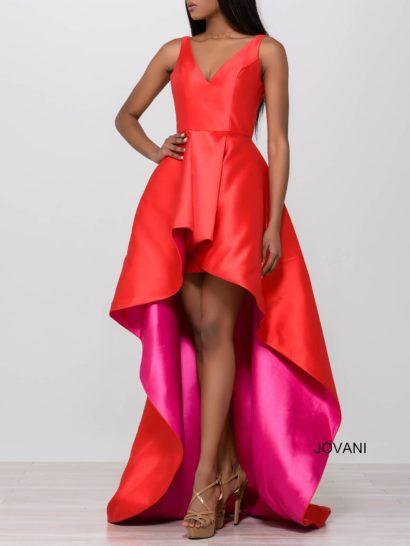 Яркое вечернее платье с укороченным спереди подолом и V-образным вырезом.
