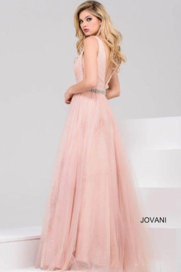 Розовое вечернее платье с глубоким V-образным вырезом и многослойной воздушной юбкой.