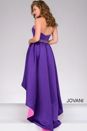 Фиолетовое вечернее платье с укороченным спереди подолом и лифом в форме сердца.