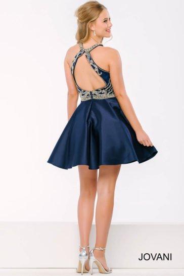 Короткое вечернее платье темно-синего цвета с серебристой вышивкой по лифу и вырезом сзади.
