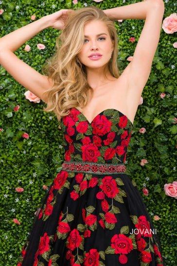 Эффектное вечернее платье с яркой отделкой аппликациями и лифом в форме сердца.
