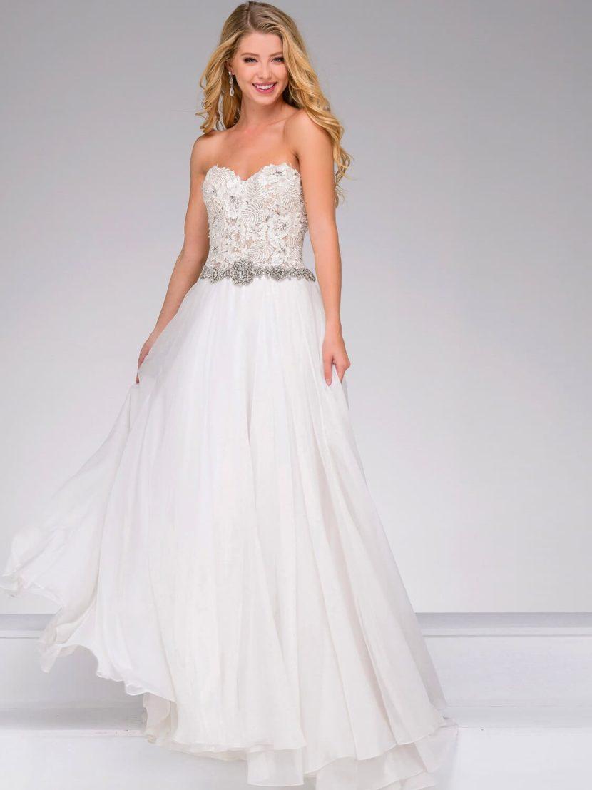Прямое вечернее платье белого цвета со сверкающим поясом и лифом в форме сердца.