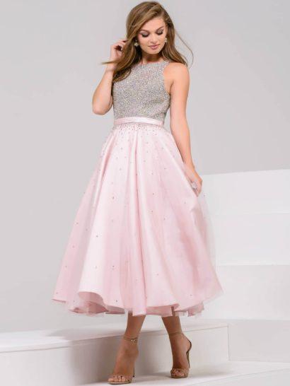 Элегантное вечернее платье чайной длины выполнено из розовой ткани. Изящная юбка А-силуэта спускается пышными вертикальными складками. Закрытый верх, дополненный узким розовым поясом, полностью покрыт плотным слоем серебристого бисера. Заслуживает внимание и спинка, открытая округлым вырезом, спускающимся до самой линии талии.