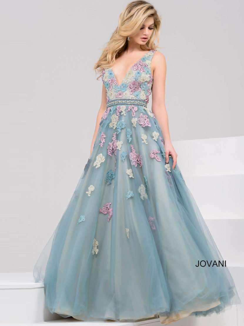 Голубое вечернее платье А-силуэта с глубоким вырезом и изящным поясом на талии.