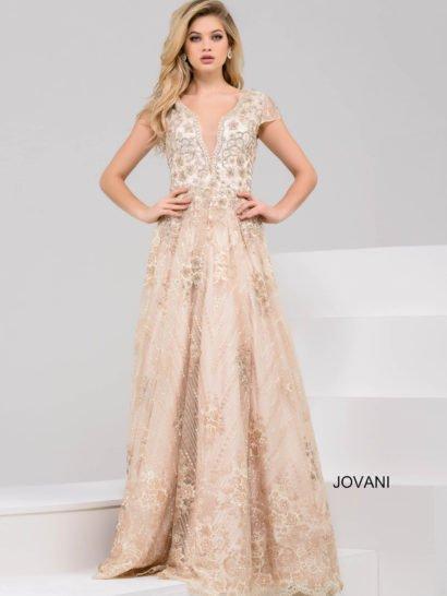 Невероятно элегантное вечернее платье выполнено в золотистых тонах.  Изящный фигурный вырез и короткие рукава с сочетании с юбкой А-силуэта позволяют красиво и сдержанно подчеркнуть фигуру.  Верх платья расшит бисерной вышивкой в тонах ткани, а низ многослойного подола покрывают деликатные цветочные узоры кружева.