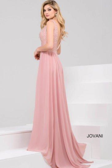 Розовое вечернее платье с шифоновой верхней юбкой и глубоким вырезом декольте.