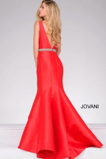 Алое вечернее платье из атласа, с силуэтом «русалка» и глубоким вырезом сзади.