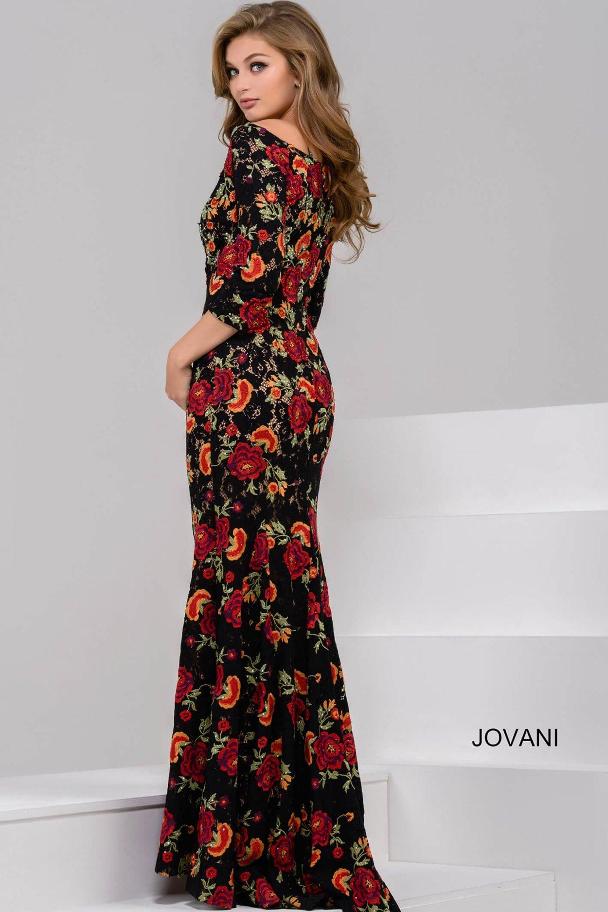 89fabcebf8980b5 Прямое вечернее платье с рукавом в три четверти и округлым декольте с  открытыми плечами.
