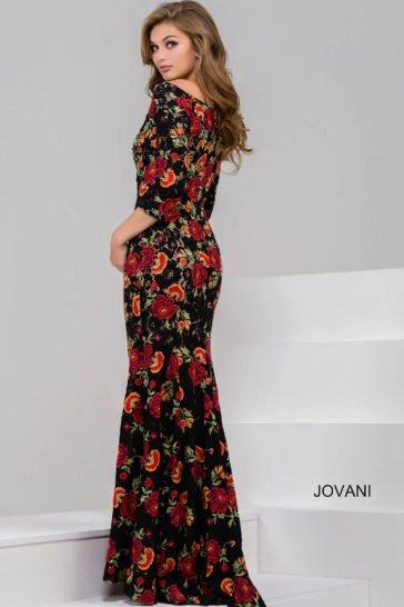 Прямое вечернее платье с рукавом в три четверти и округлым декольте с открытыми плечами.