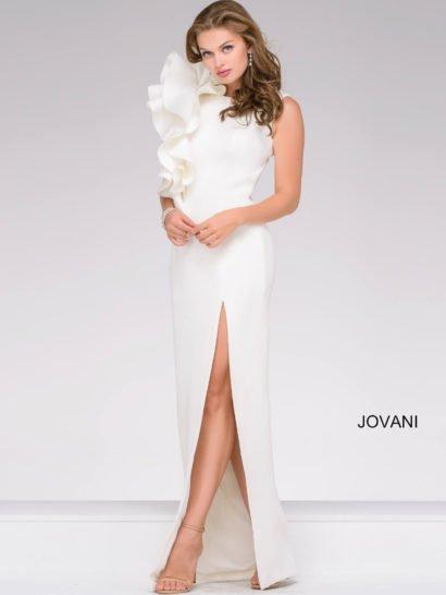 Прямое вечернее платье позволит произвести впечатление на окружающих. Закрытый лиф с вырезом под горло и широкими бретелями эффектно дополнен сбоку объемными оборками, спускающимися роскошной волной до самой талии. Прямая юбка в пол украшена высоким разрезом, обнажающим ноги до середины бедра. Белый цвет идеально вписывается в настроение драматичного образа.