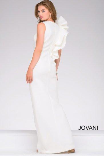 Белое вечернее платье с оборками по лифу и высоким разрезом на юбке прямого кроя.