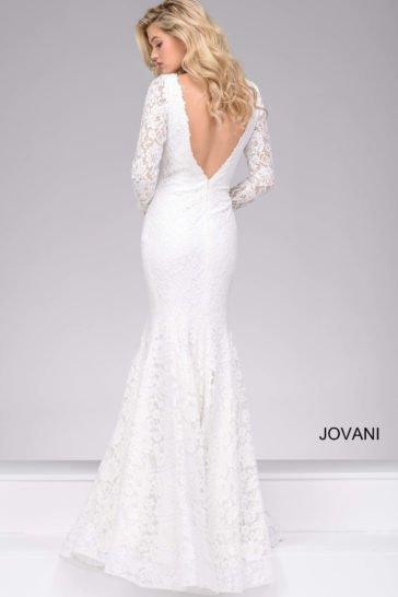 Белое вечернее платье облегающего кроя с длинным кружевным рукавом.