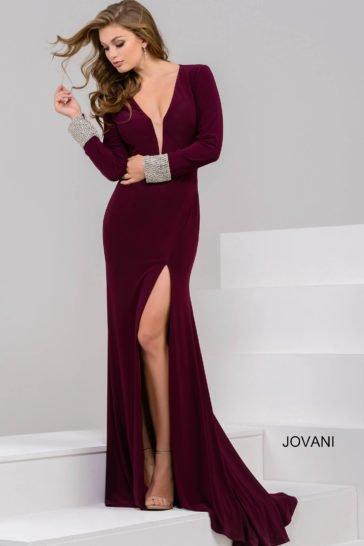 Бордовое вечернее платье с открытой спиной и длинным рукавом с манжетами.