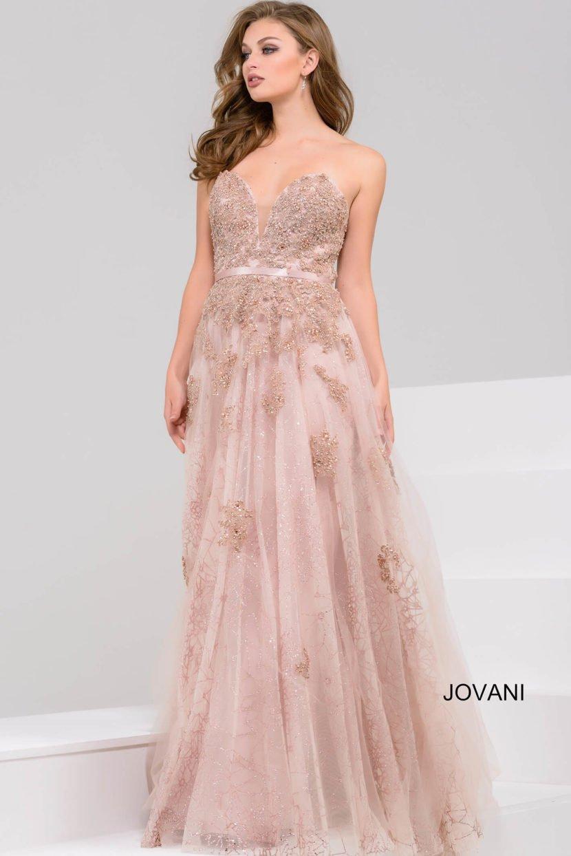 Кофейный оттенок вечернего платья подчеркнут полупрозрачной фактурой ткани.