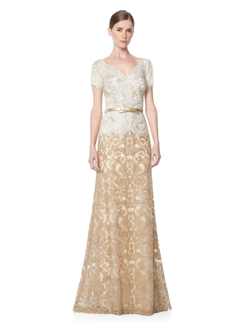 Вечернее платье золотистого цвета со сверкающим декором и золотистым поясом.